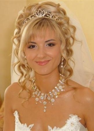 Свадебная прическа кудрявые локоны с украшением 26